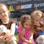 daytona-500-2012-girls-posing